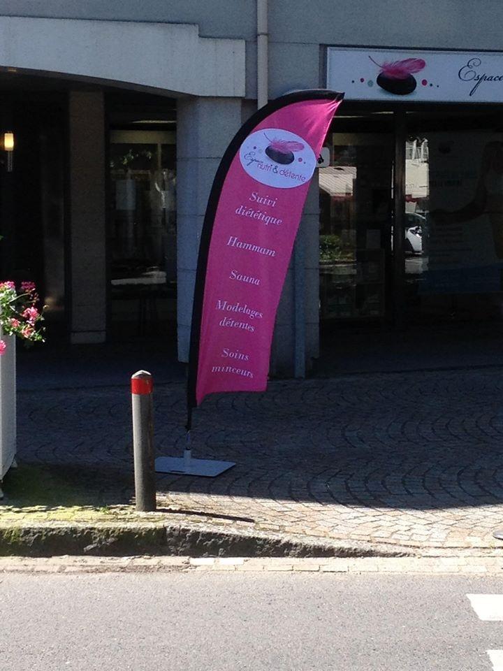 Faites flotter votre communication avec un drapeau voile blog easyflyer - Salon de coiffure le mistral ...