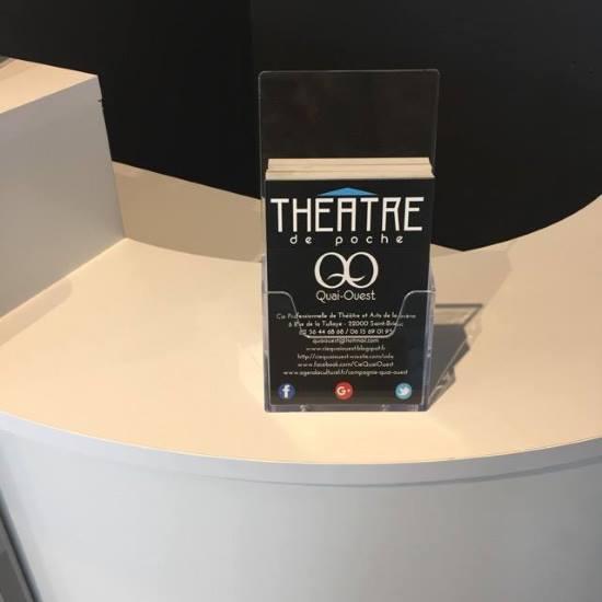Distribution de flyers présentoir sur comptoir