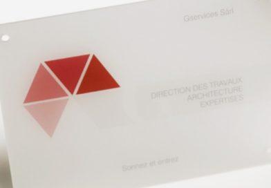 Panneau de verre en acrylique : idéal pour une plaque d'immeuble
