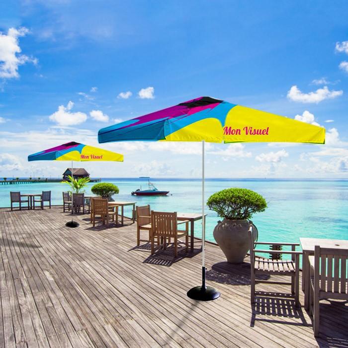 Parasol publicitaire pour restaurant en bord de mer
